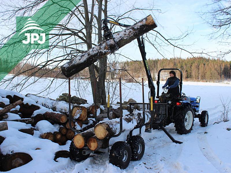 traktor New Holland Boomer 30 a vyvážačka Vahva Jussi